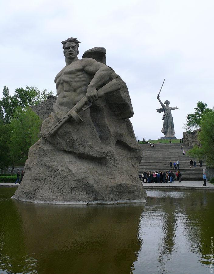 Скульптура «Стоять насмерть!» на Мамаевом кургане