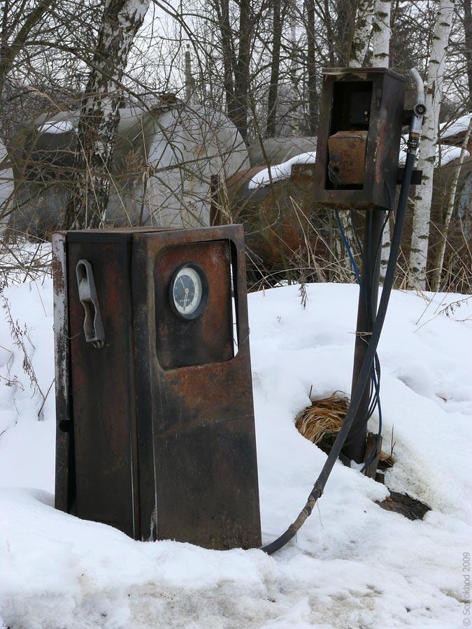 Старая советская бензоколонка в селе Вознесенье